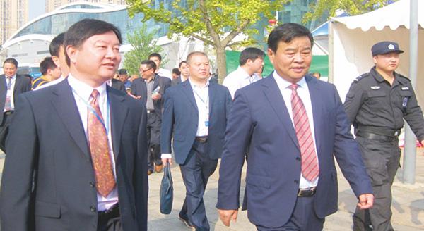 第六届湘博会,董事长康喜群陪同湖南省副省长何报翔参观步升展厅