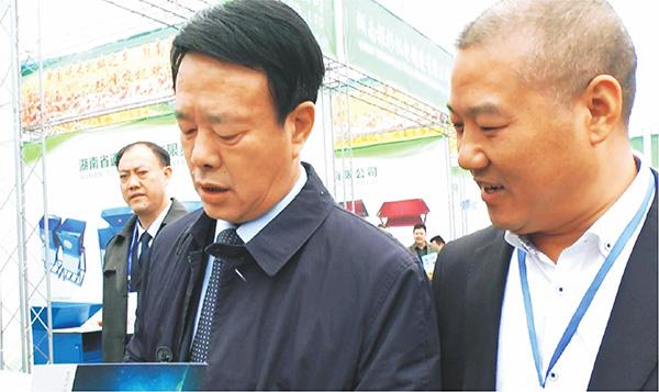 时任娄底市委书记龚武生(左)参观步升展厅