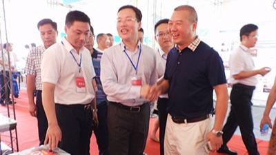 新化县县长左志峰(右二)、县委副书记周强