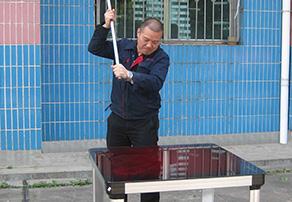 """董事长在""""砸玻璃 保品质""""质量管理活动上砸响第一锤"""