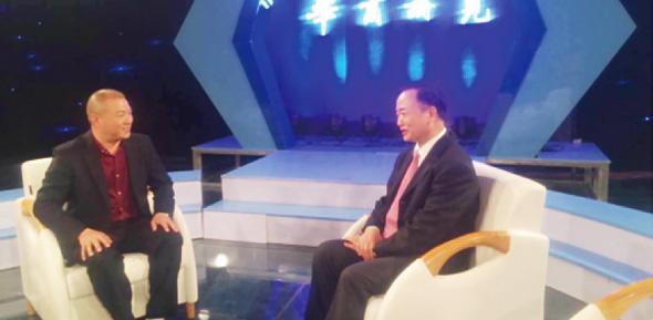 董事长康喜群(左)在CCTV演播厅内与著名经济学家曹和平(右)畅谈品牌发展