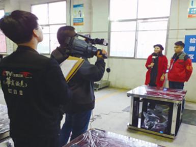 CCTV发现之旅《华商论见》栏目组在步升取暖科技车间产品检测区现场采访拍摄