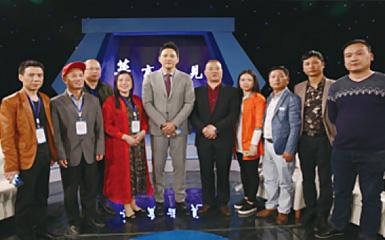 步升取暖桌团队与新化县人大副主任刘晓英(左四)与央视主持人于胜春(左五)合影留念